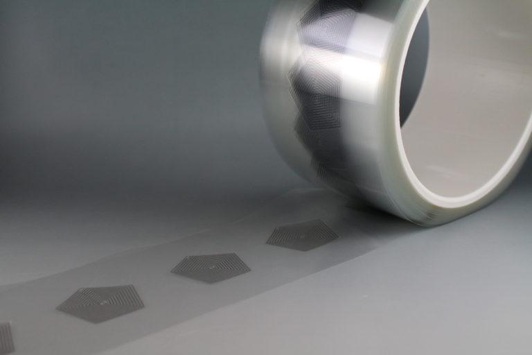 ロール状のフィルムをCCDカメラ搭載のプレス機で打ち抜き加工