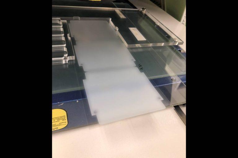 材料の保管条件はなんと冷蔵!特殊なテープの加工事例