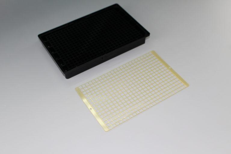 96WELLプレートや384WELLプレートの穴の底面へのテープの加工・貼り付け